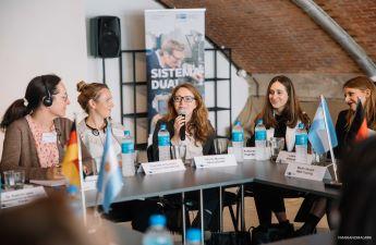 Varinia Fernanda Morales im Austausch mit den Teilnehmern des Round Table